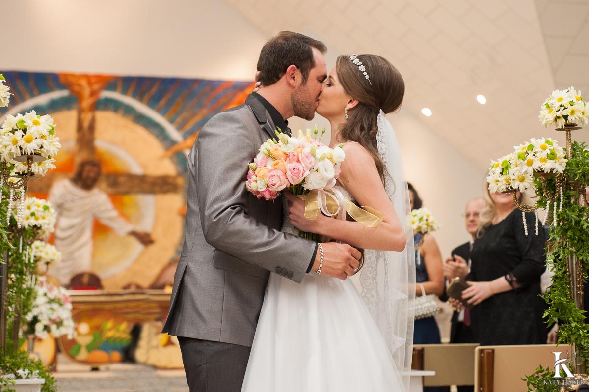 noivo, noiva, casamento, aliança, vestido de noiva, bouquet, traje do noivo, sapato do noivo, decoração de casamento, katy tesser, fotografo, parana, beijo