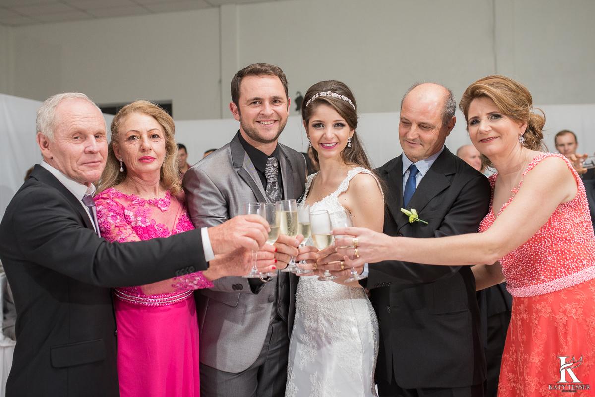 brinde dos noivos, champanhe, noivo, noiva, bouquet, vestido de noiva, casamento, katy tesser, fotografo, parana