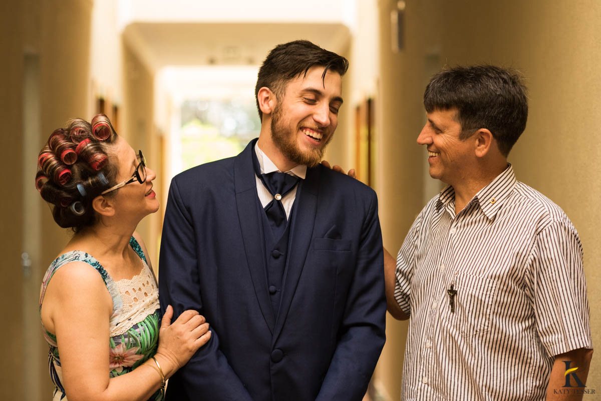 katy-tesser-fotografo-casamento-making of-noivo-terno-sapato-pais