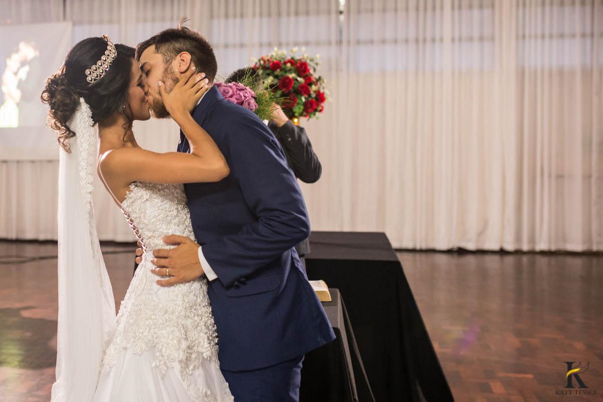 katy-tesser-fotografo-casamento-noivo-noiva-pais-vestido-veu-bouquet-buque-pais-cerimonia-religioso-decoracao-aliança-beijo-daminha