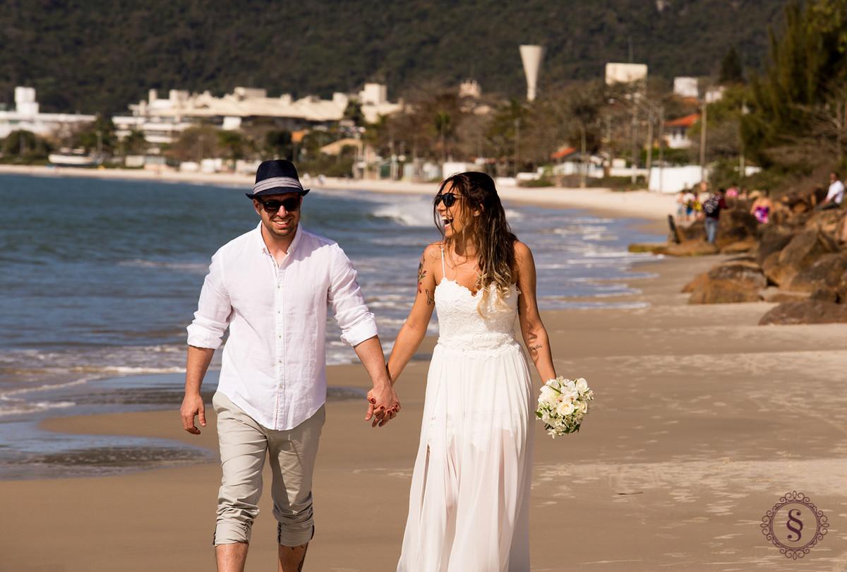 noivos andando na praia - Floripa SC