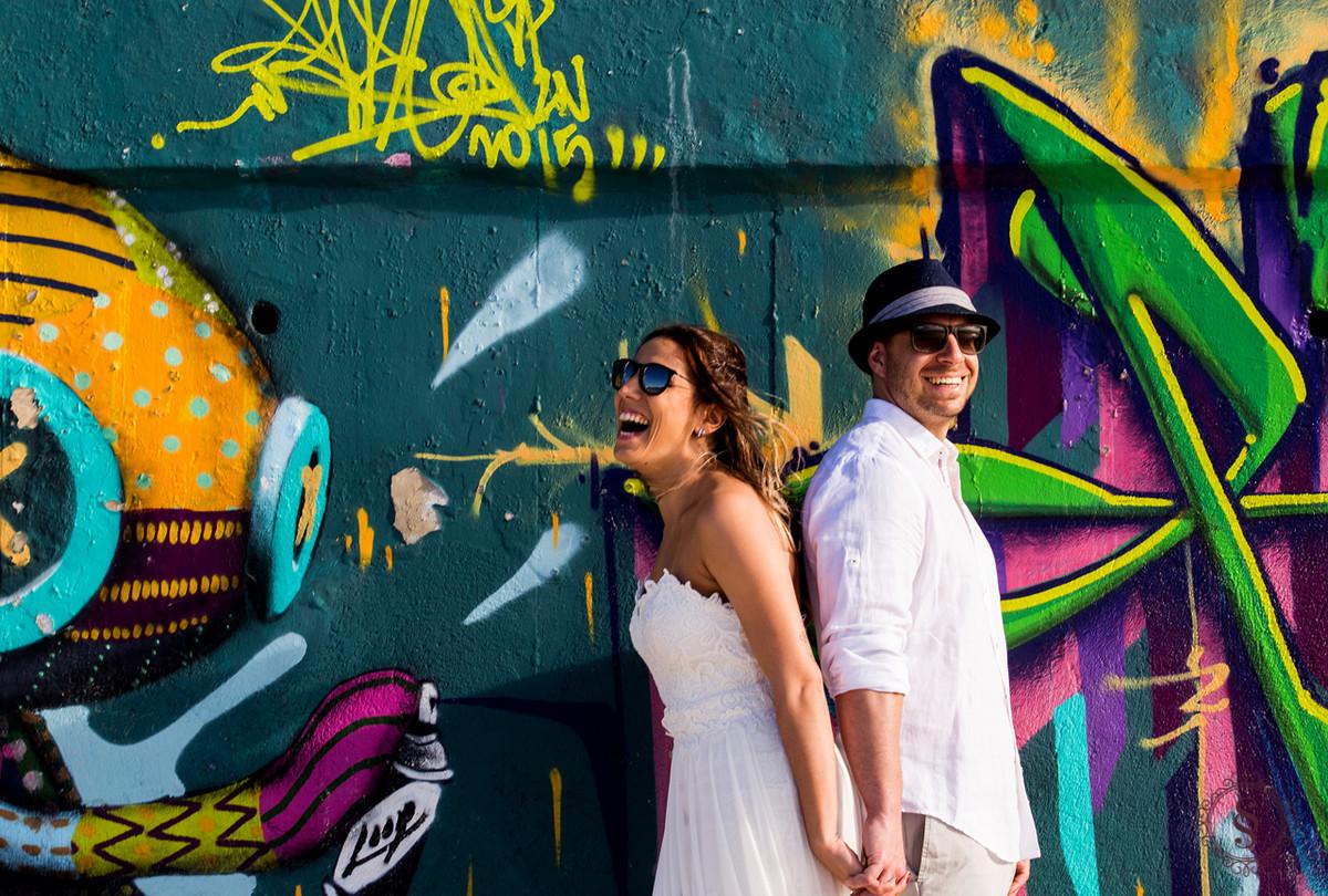 casal de noivos em frente de parede pichada floripa sc