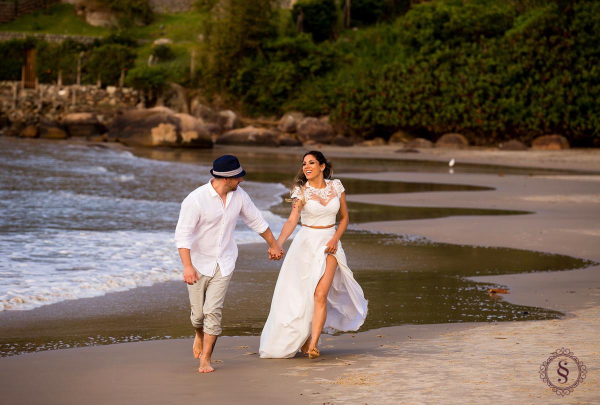 casal correndo na praia floripa sc