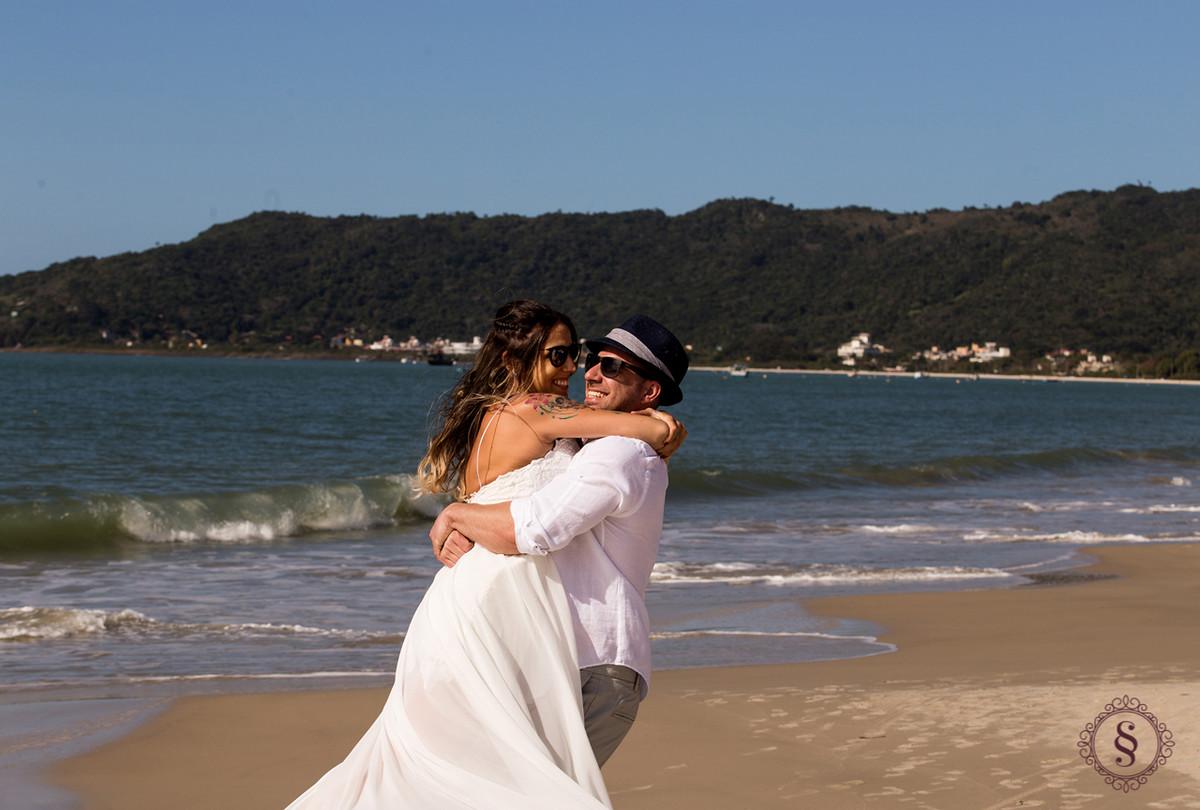 noivos abraçados em na praia de canasvieira SC