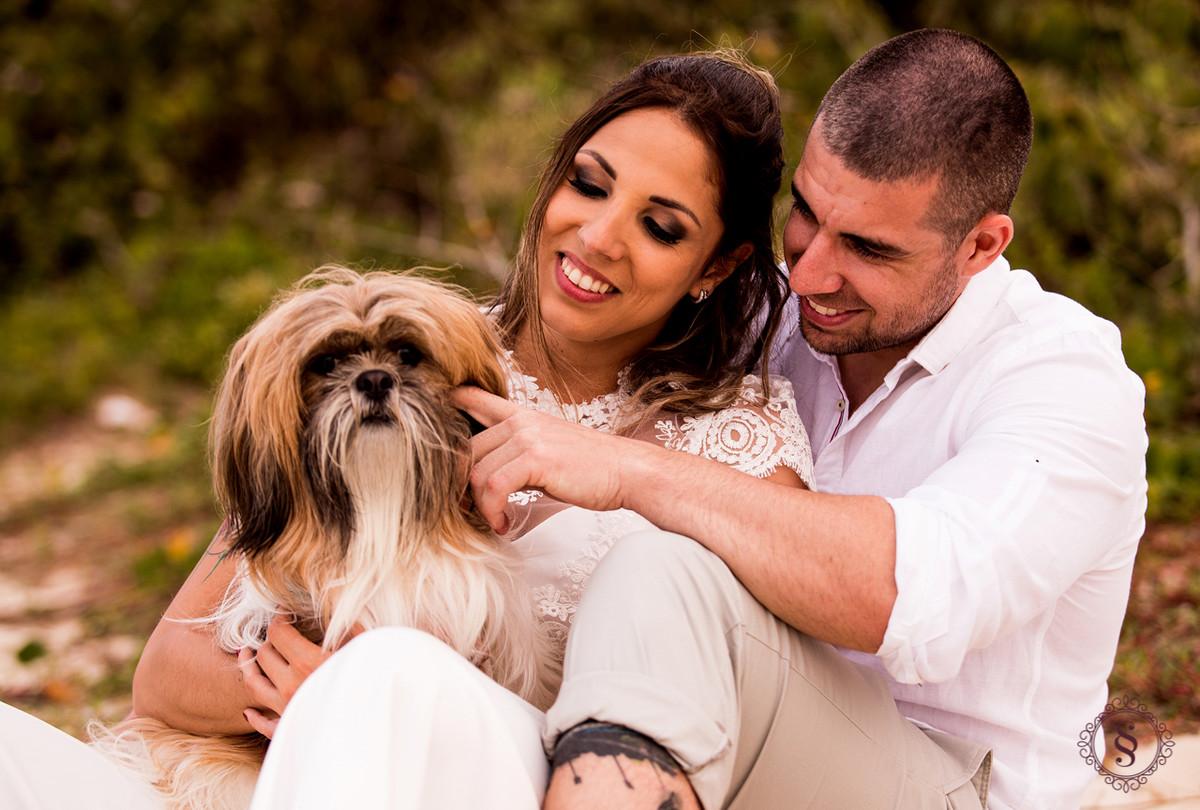 casal sentado com cachorro no colo em floripa sc