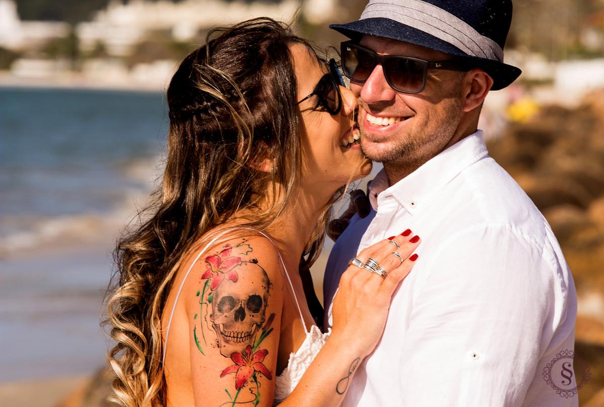 noivos sorrindo na praia de Floripa sc