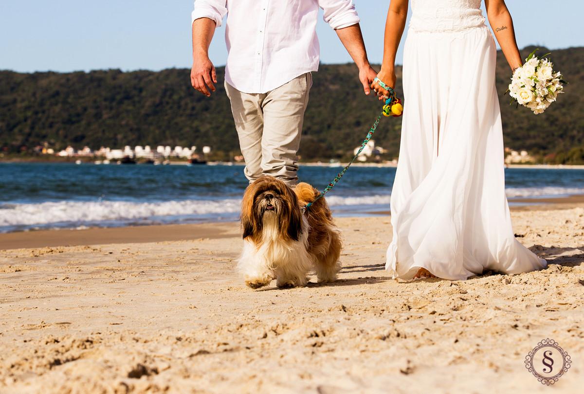 noivos passeando na praia de floripa sc