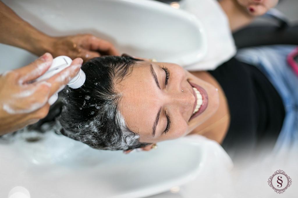 formanda no making of lavando cabelo