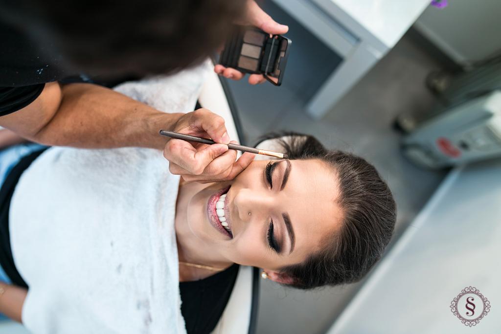 formanda fazendo maquiagem