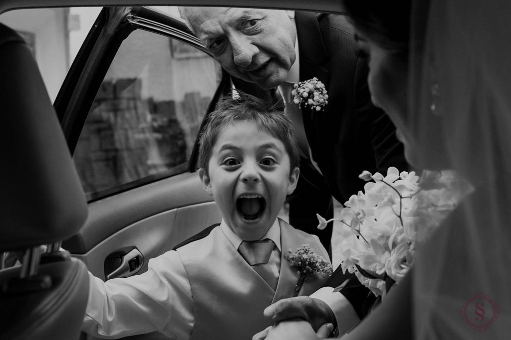 pajem vê a noiva no carro