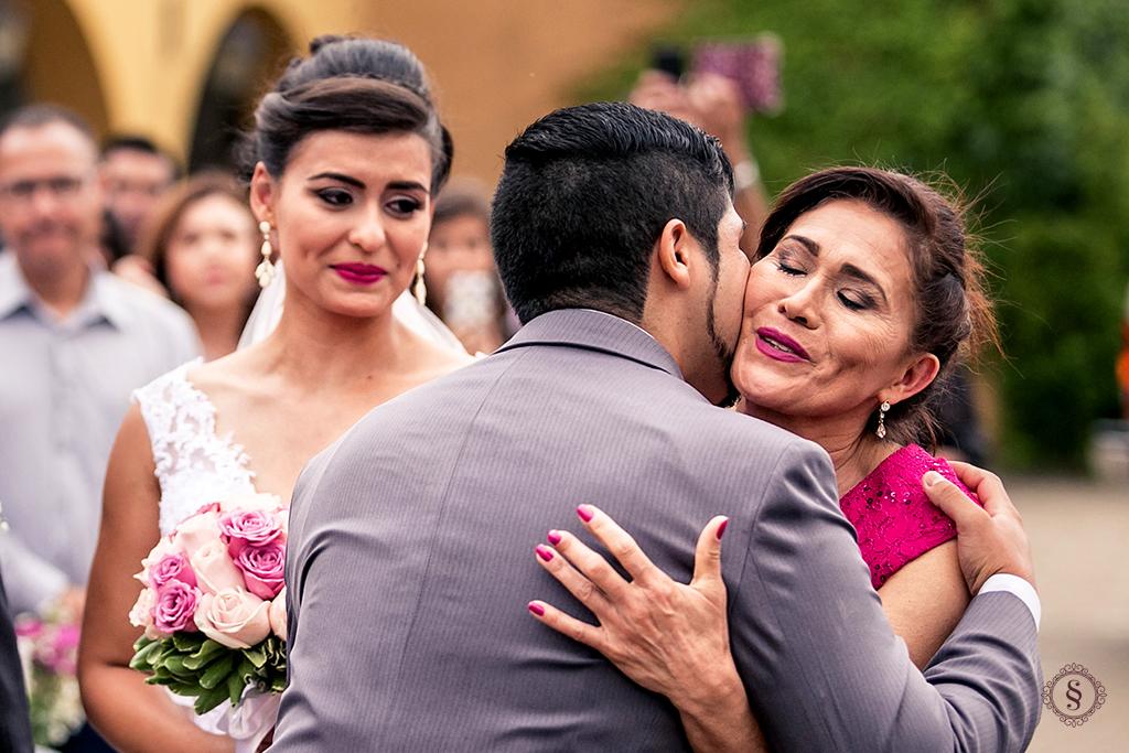 noivo jonatas recebe a noiva carol no altar