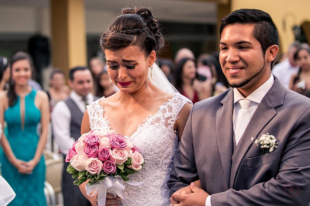 carol e jonatas no altar casamento de dia