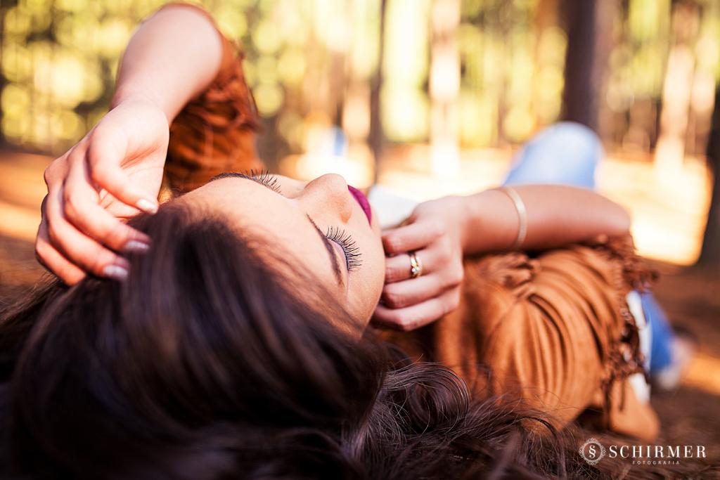 detalhes Ensaio feminino ao ar livre canela gramado book 15 anos verde campo serra maquiagem deitada no chão