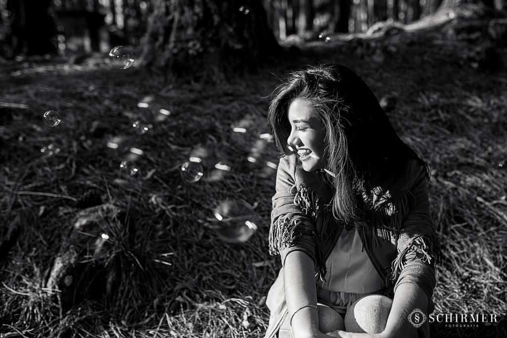 Ensaio feminino ao ar livre canela gramado book 15 anos verde campo serra bolhas de sabão felicidade