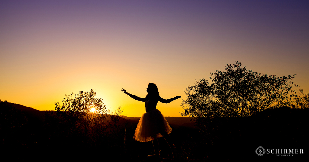 Ensaio feminino ao ar livre canela gramado book 15 anos verde campo serra bailarina silueta ballet por do sol