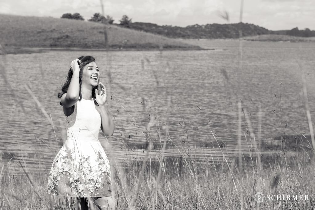 Ensaio feminino ao ar livre canela gramado book 15 anos verde campo serra sorrindo
