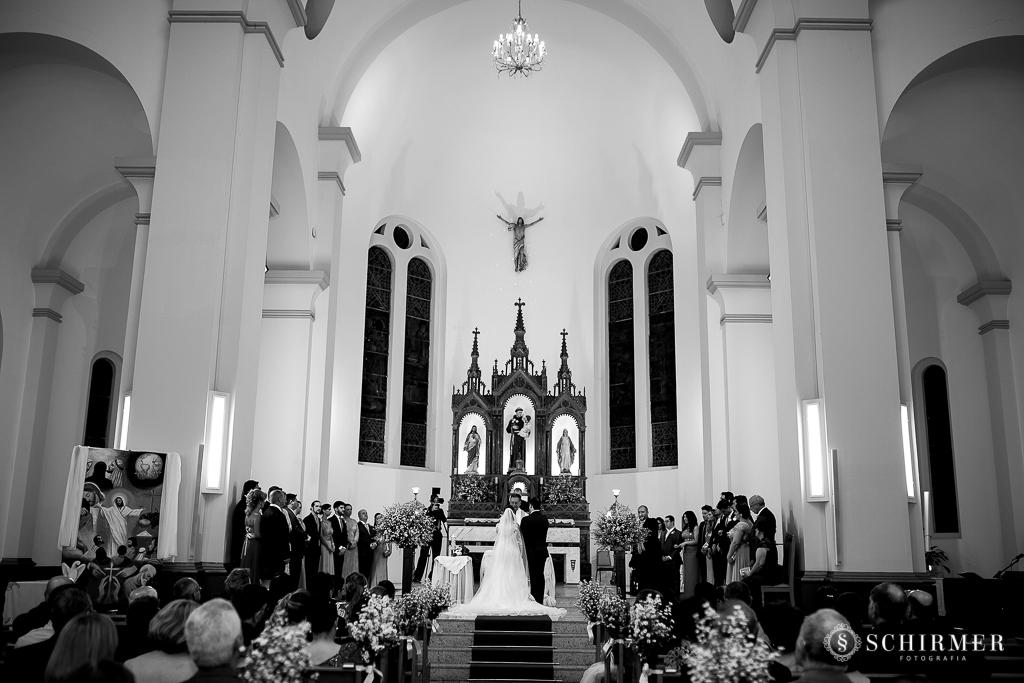 casamento porto alegre noiva andressa e jõao igreja santo antonio noivos no altar igreja lotada