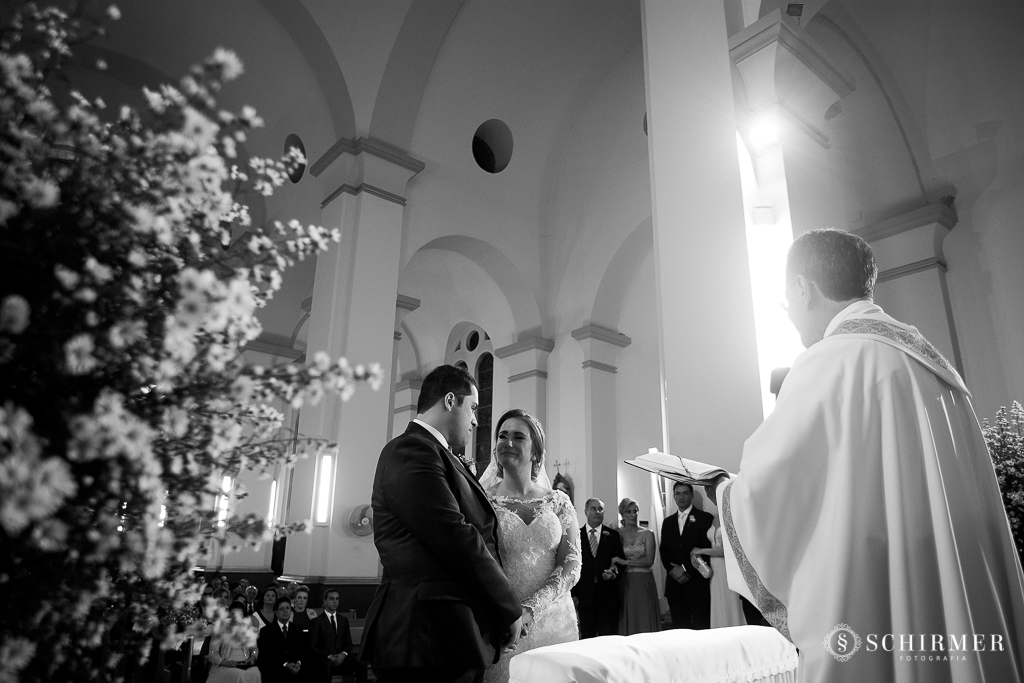 casamento porto alegre noiva andressa e jõao igreja santo antonio noivos no altar padre