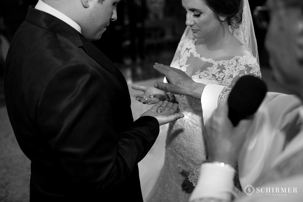 casamento porto alegre noiva andressa e jõao igreja santo antonio noivos no altar alianças
