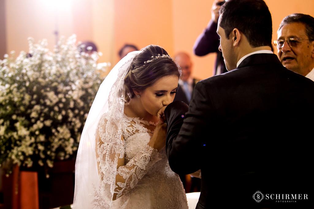 casamento porto alegre noiva andressa e jõao igreja santo antonio noivos no altar beijo