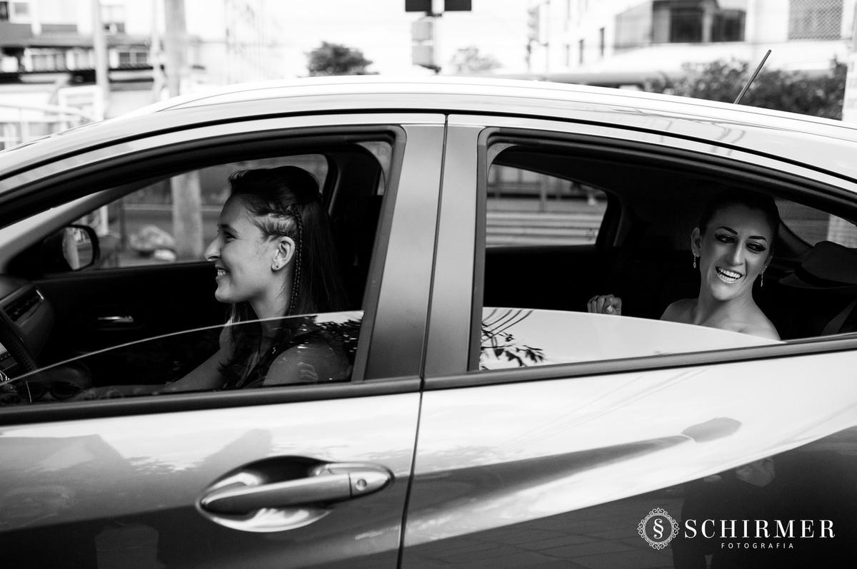 schirmer fotografia casamentos em porto alegre RS igreja paroquia são joão noiva no carro