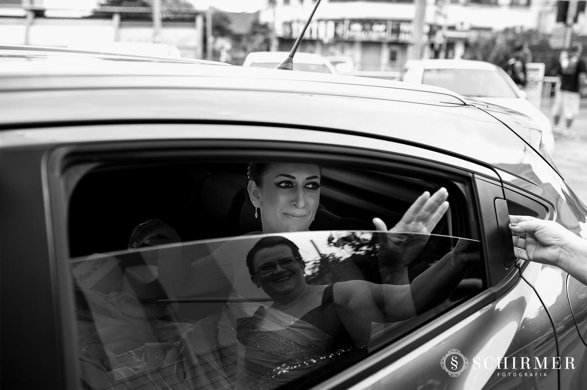 schirmer fotografia casamentos em porto alegre RS igreja paroquia são joão noiva no carro entrada com mãe