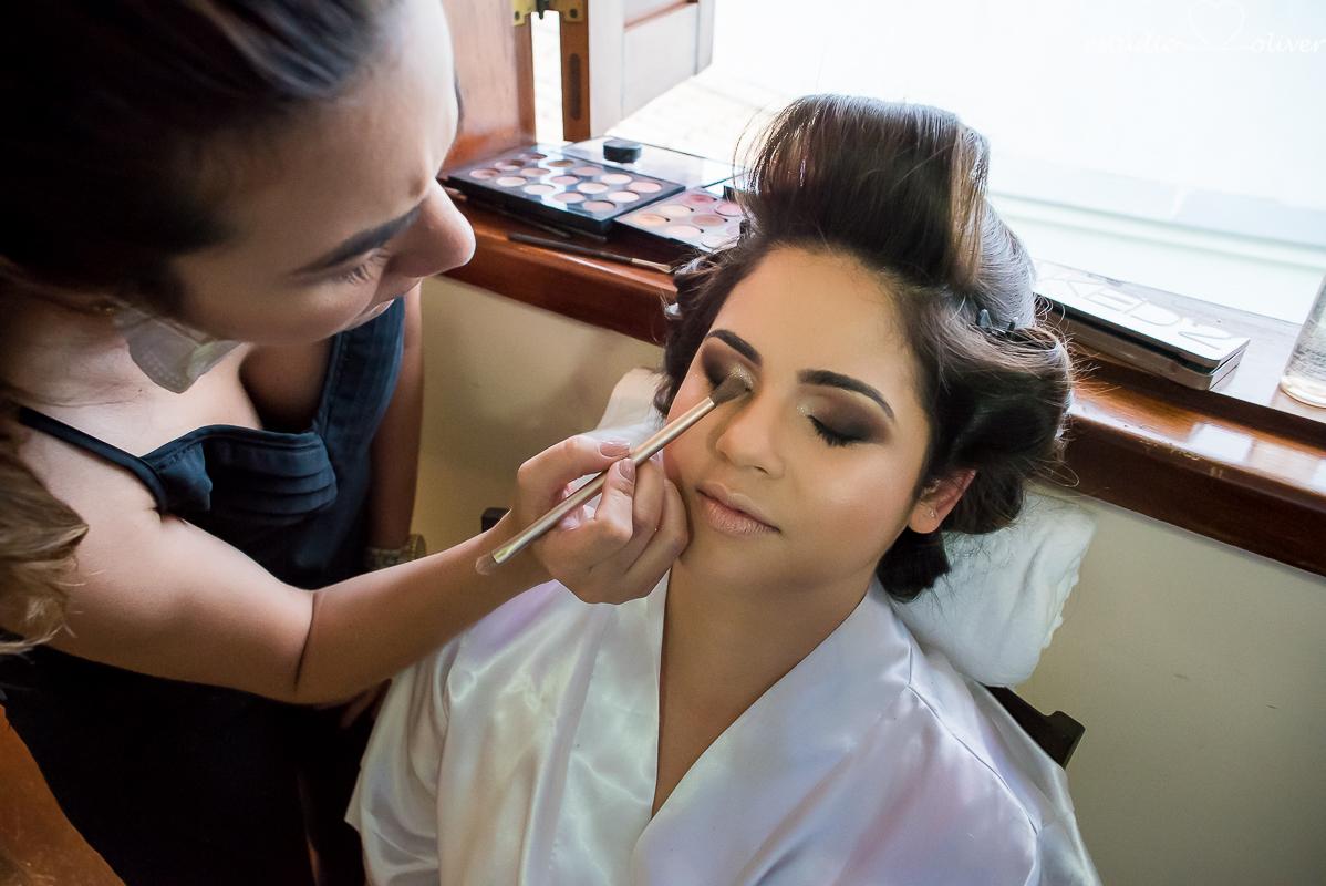 maquiagem para noivas, noiva se maquianndo
