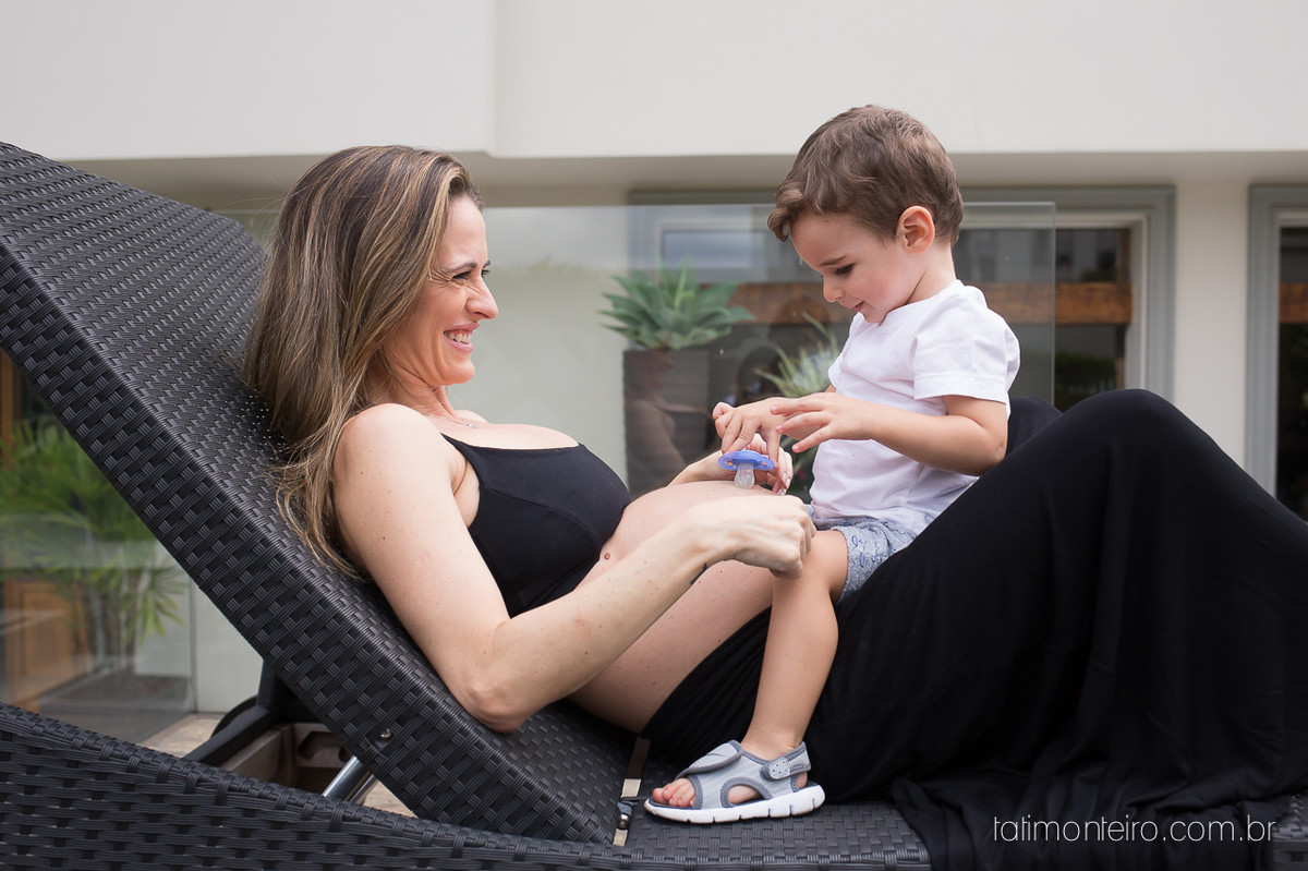 fotografa especializada em gestante sp, gravida brincando com filho