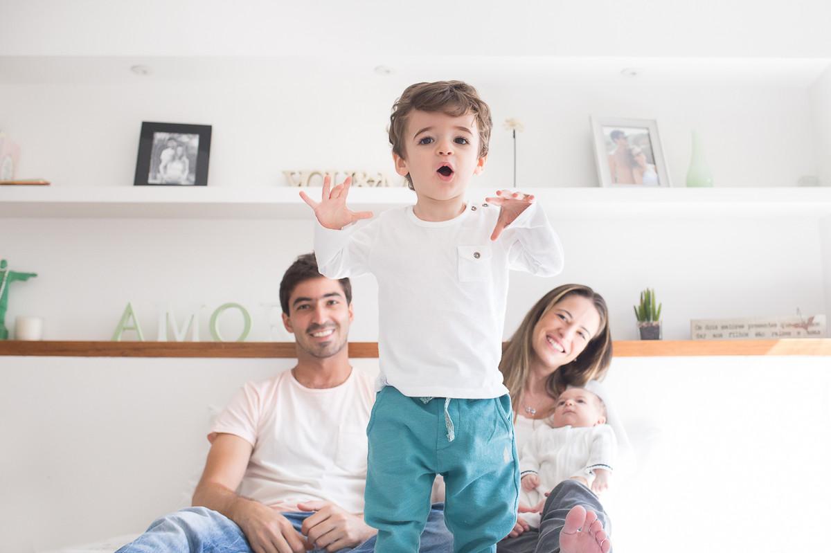 ensaio de familia em casa, fotografa especializada em familia sp, fotografia de familia sp, fotos de familia, filho mais velho se divertindo na cama dos pais