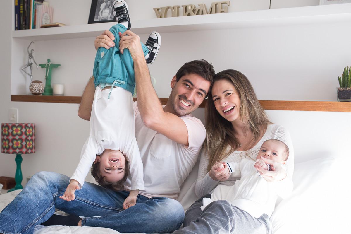 fotos de familia em casa, fotografa especializada em familia sp, fotografia de familia sp, fotos de familia,  pai segurando filho de ponta cabeça brincando