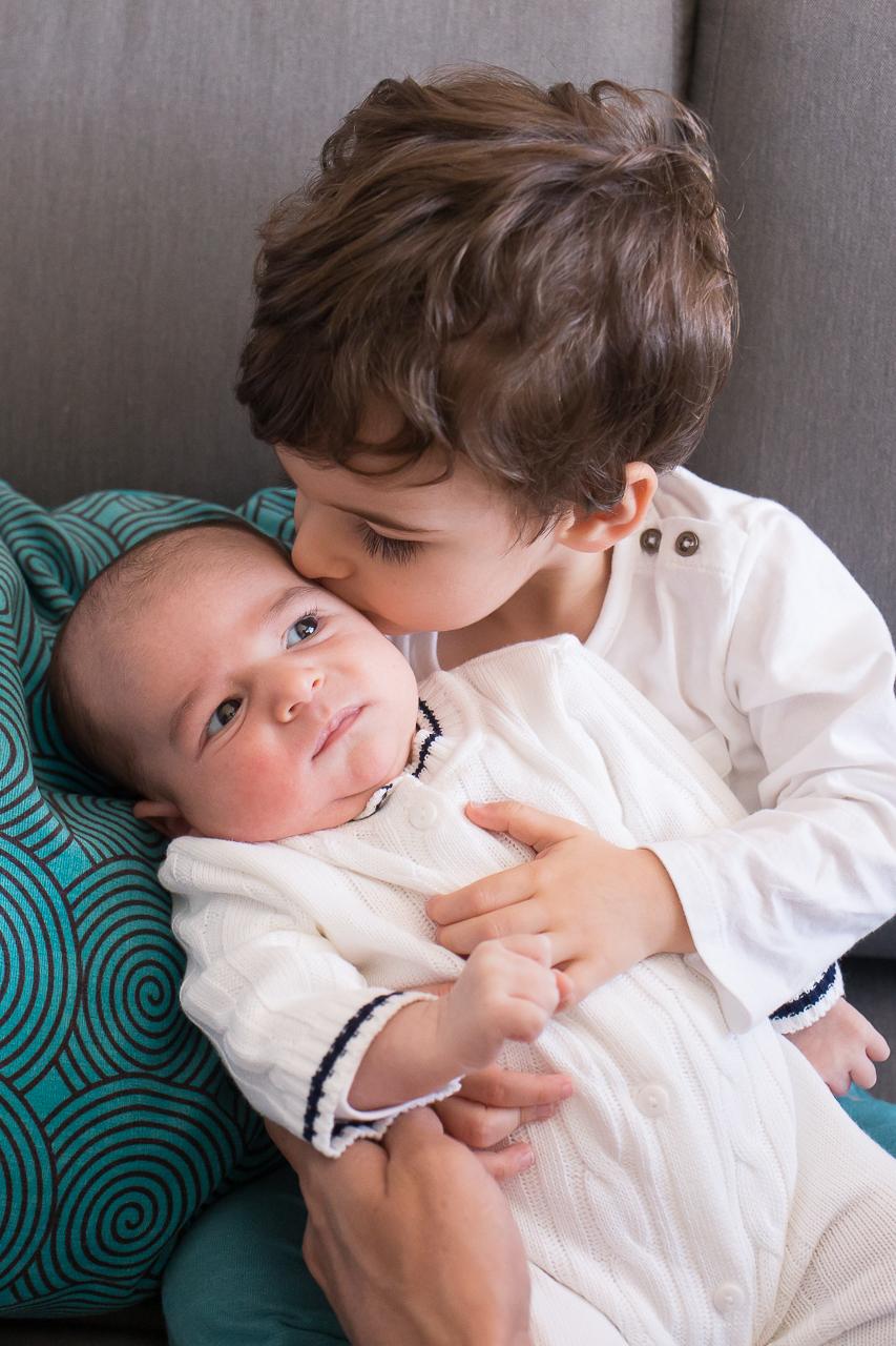 fotos de familia em casa, fotografa especializada em familia sp, fotografia de familia sp, fotos de familia, irmao mais velho beijando bebe recem nascido