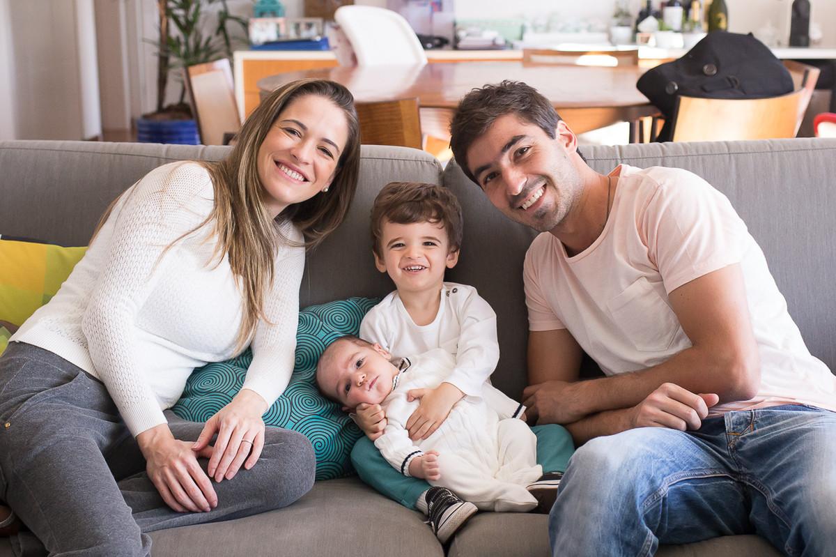 fotos de familia em casa, fotografa especializada em familia sp, fotografia de familia sp, fotos de familia,  retrato de familia, irmao mais velho segurando bebe no colo