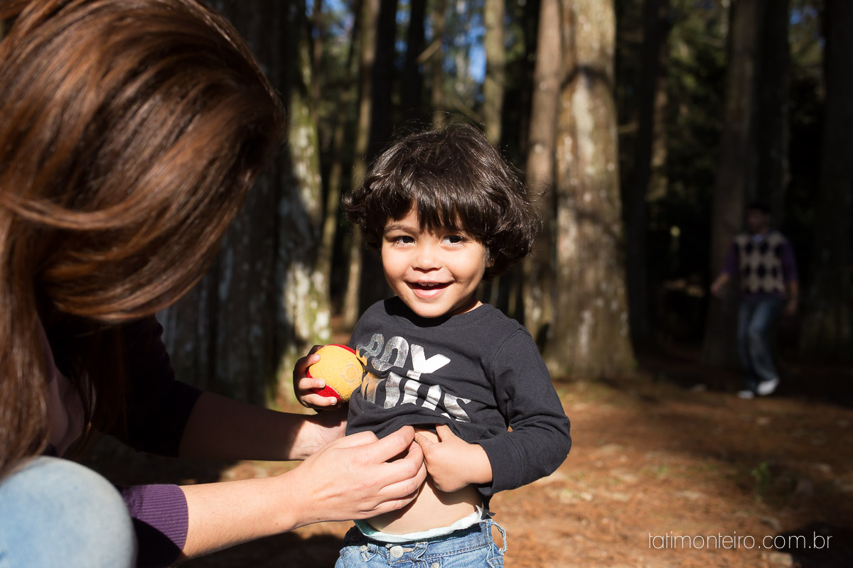 ensaio familia em sao paulo, familia feliz no parque, mae e pai brincando com os filhos, fotografia de familia, fotos de familia, familia brincando no parque,