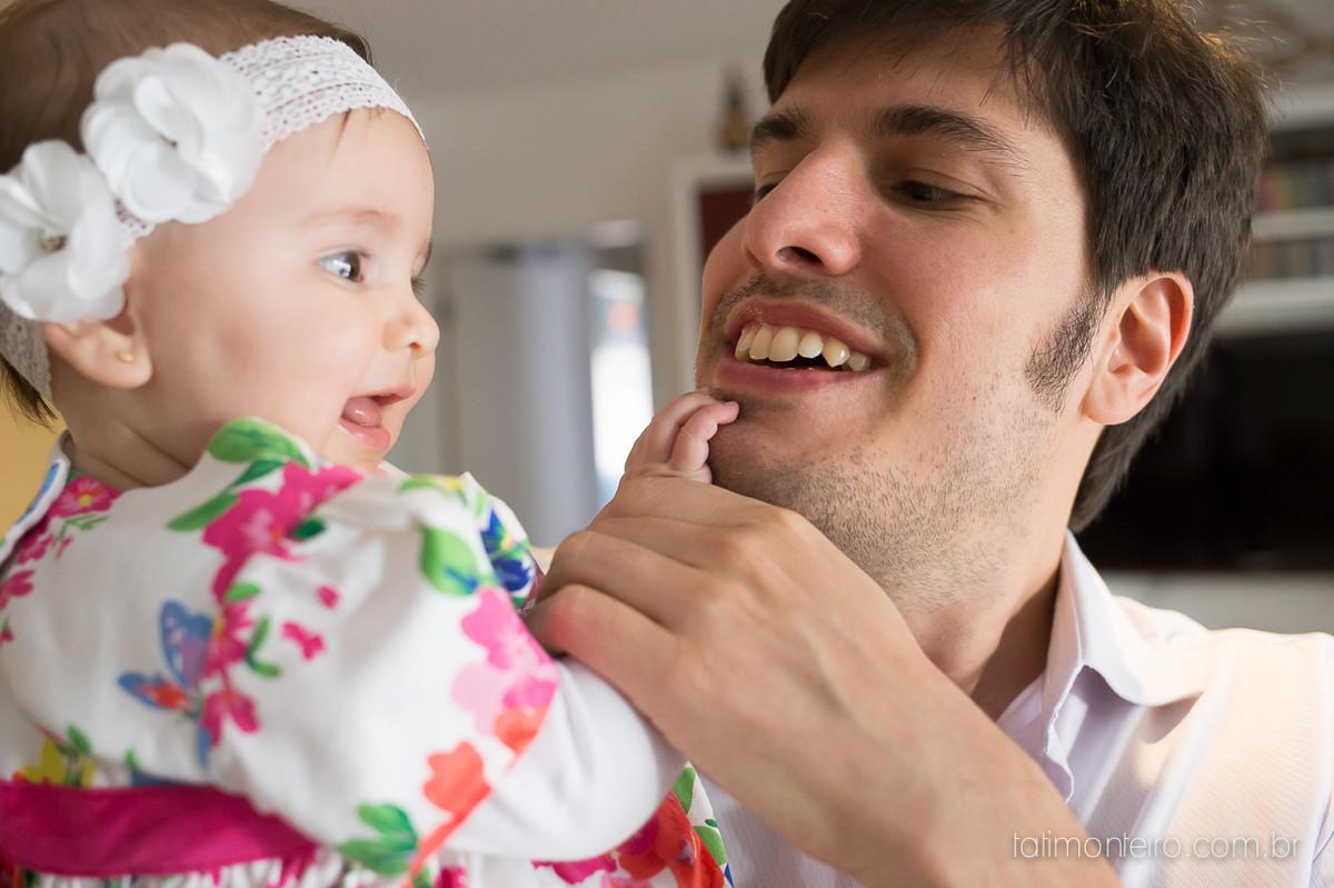 ensaio de familia lifestyle, ensaio de familia em casa, fotos de familia, fotografa de familia sp, fotografo de familia sp, fotografa de bebe sp, bebe fazendo carinho na barba do pai