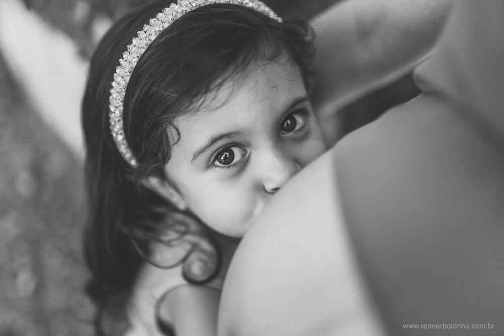 menina beijando a barriga da mãe