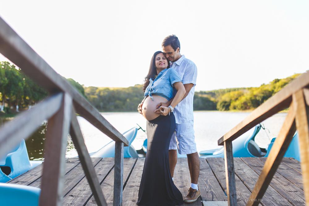 casal a beira do lago