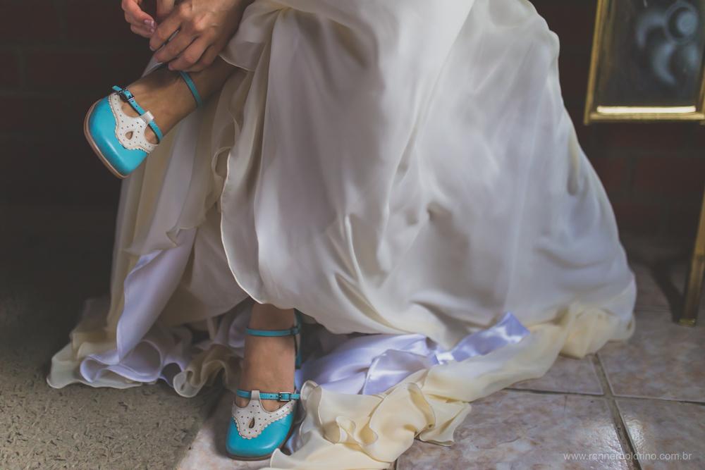 noiva calçando os sapatos