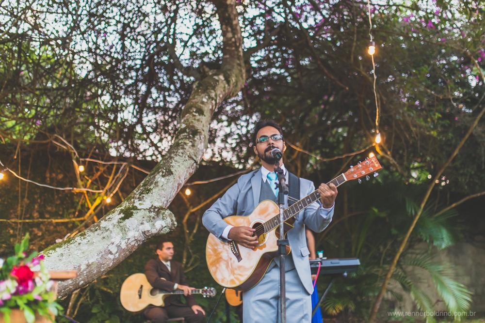 noivo cantando para a entrada da noiva