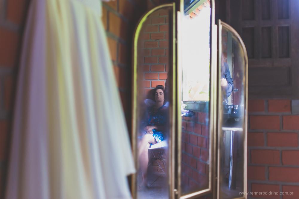 reflexo da noiva num espelho antigo