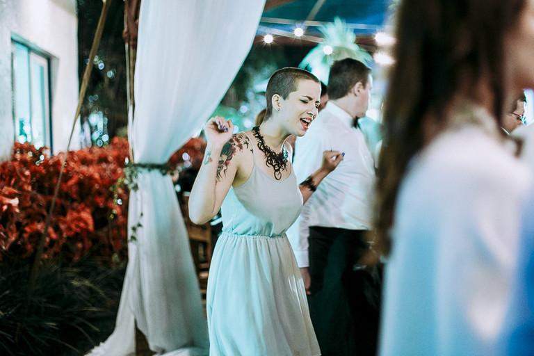 amiga da noiva dançando