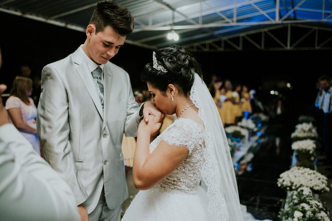 noiva beijando a mão do noivo