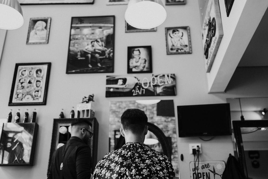 noivo cortando o cabelo
