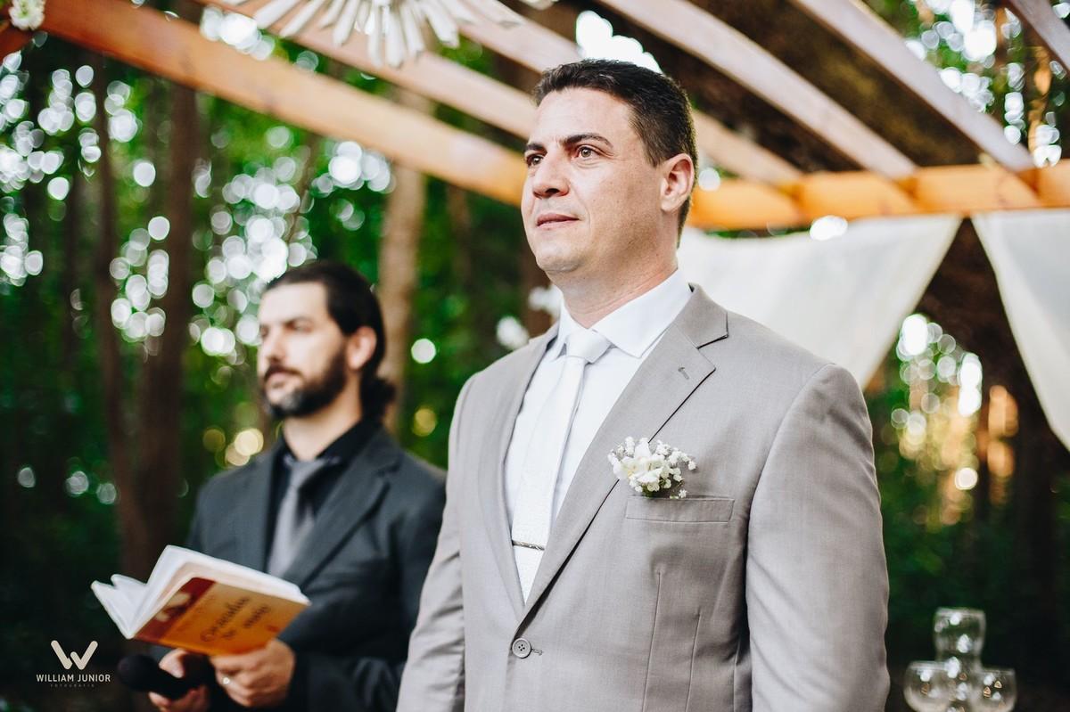 O olhar lindo do noivo para a noiva foi algo incrível