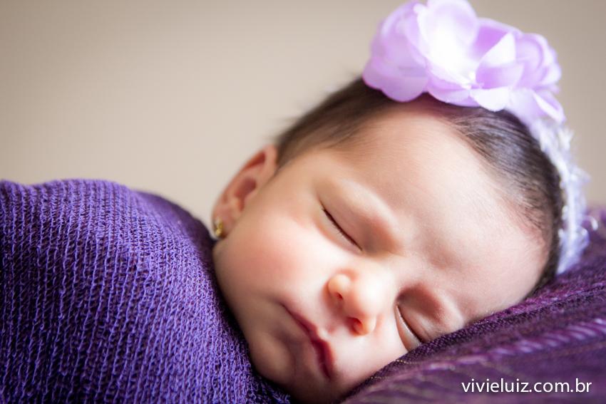 bebe dormindo com roupinha roxa