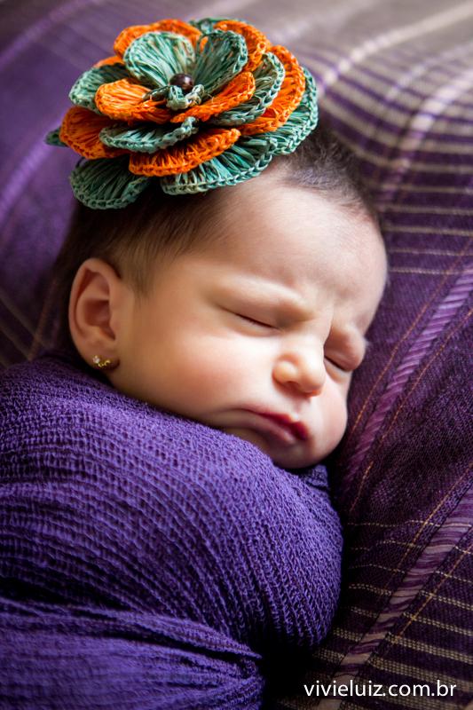 lado colorido na cabeça da bebe