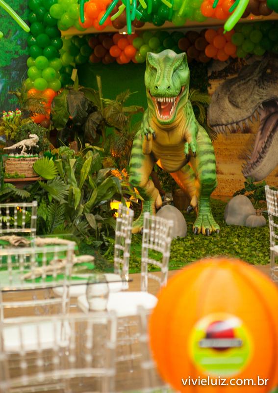 decoração de jurassic park tiranosauro rex ao fundo