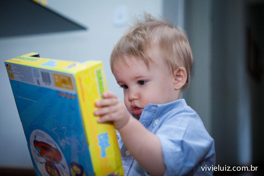 lorenzo olhando o brinquedo novo