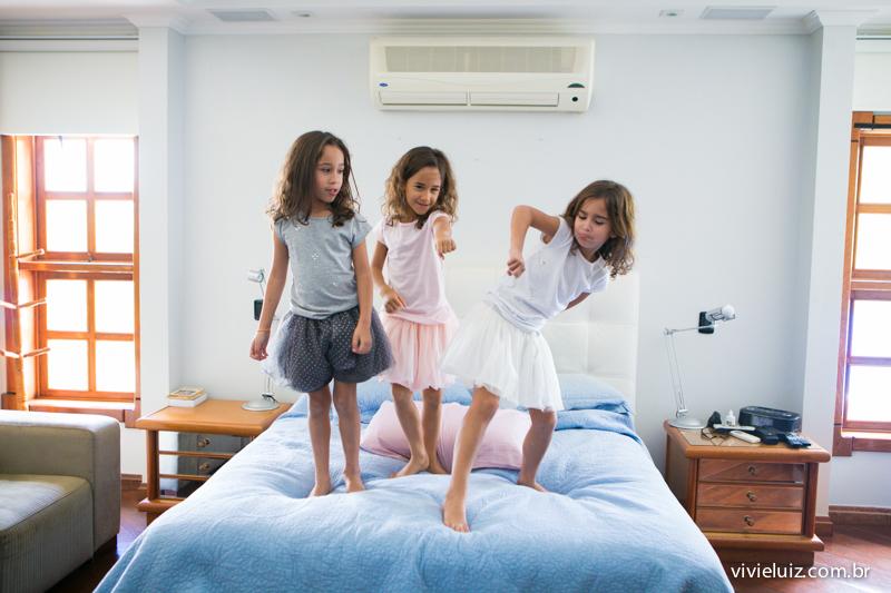 trigêmeas fazendo pose na cama da mae