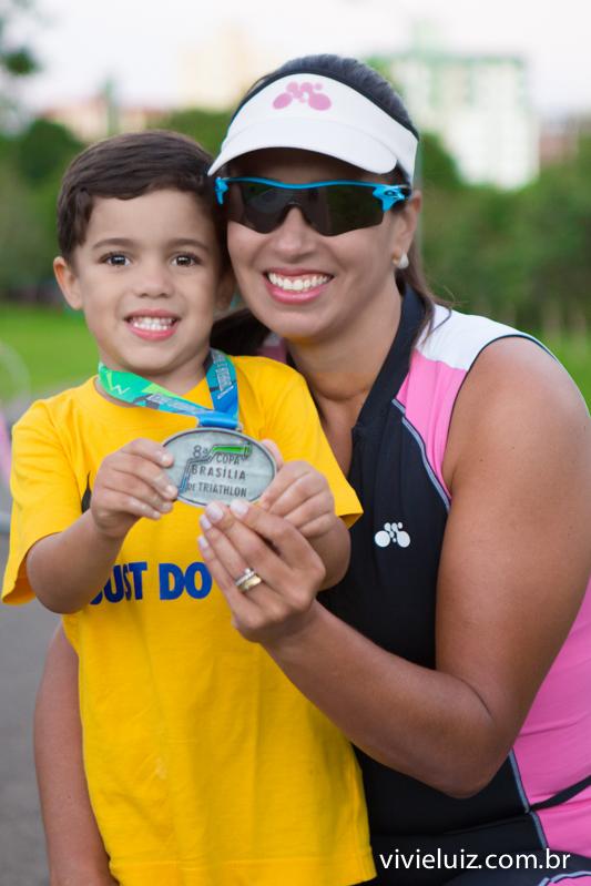 mae e filho pegam medalha de corrida