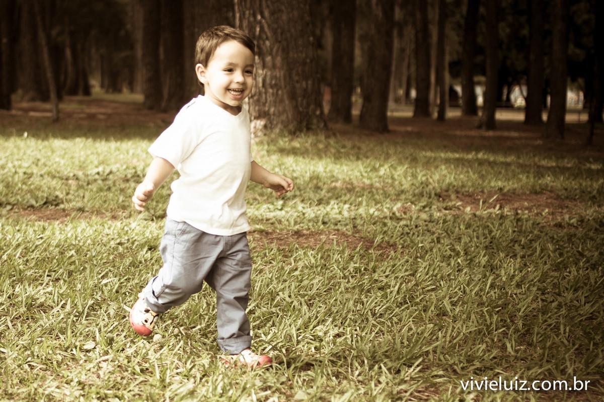 criança correndo no jardim